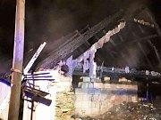 Hned šest hasičských jednotek likvidovalo v neděli krátce po jedné hodině v noci požár střechy rodinného domu v obci Vápovice na Jihlavsku.