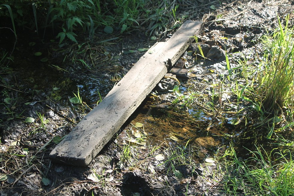 Po nějaké době se v  místě objevilo prkénko, které umožnilo dostat se přes vodu suchou nohou.
