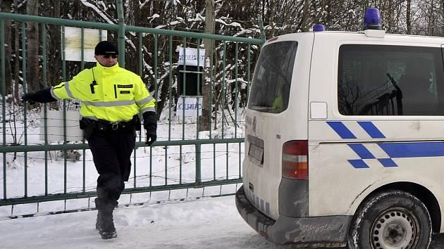 """V areálu bývalé cihelny ve Stojčíně na Pelhřimovsku objevili policisté před týdnem sklad """"černého"""" lihu. Alkoholu, který odvážely kamiony, bylo více než milion litrů."""