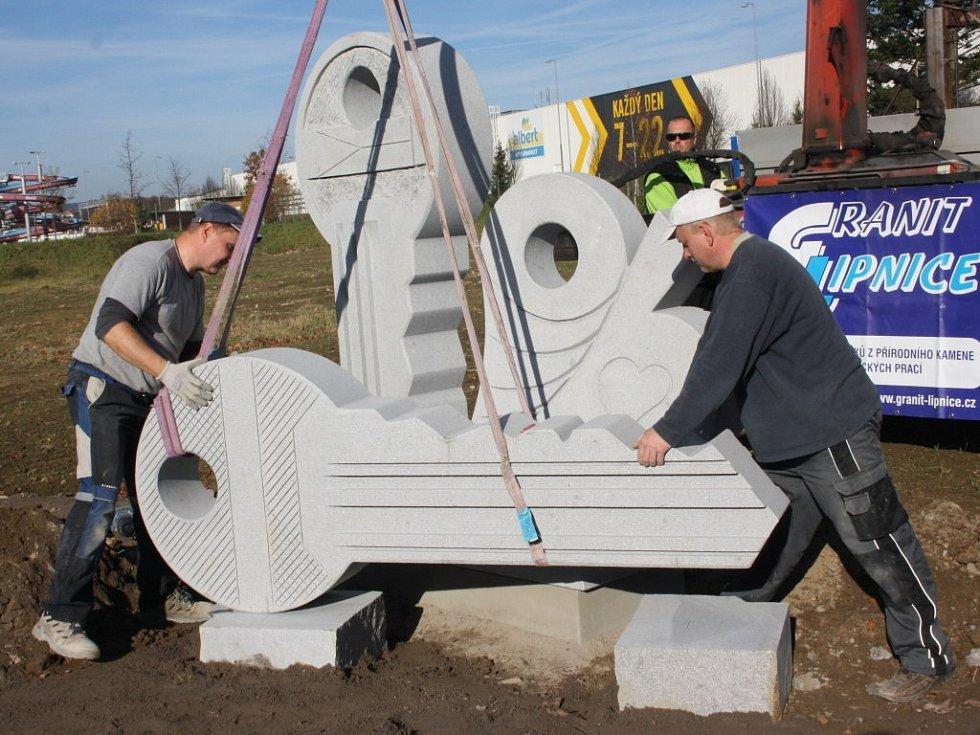 V pátek dopoledne instalovali u Českého mlýna sochu klíčů, symbol revoluce