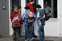 Pro některé děti si k Základní škole Evžena Rošického v Jihlavě chodí rodiče, ostatní žáci nenechávají nic náhodě a raději se drží ve skupinkách.