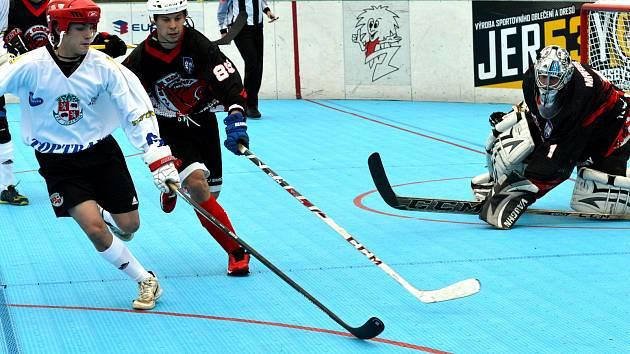 Jihlavští hokejbalisté (v bílém) zvládli víkendové dvojutkání na hřištích soupeřů parádně.