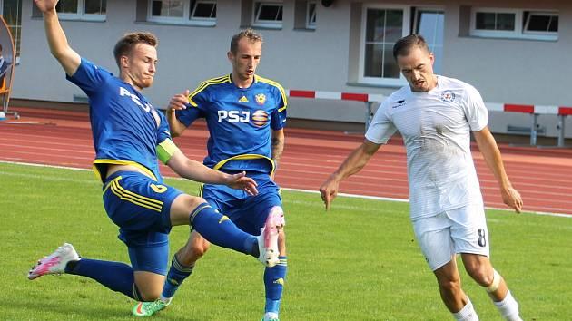Hráče jihlavského B-týmu (v modrém) nově povede trenér Michal Veselý, který ve funkci hlavního kouče nahradil Michala Kadlece.