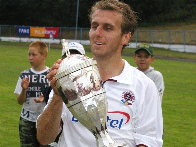 Perleťový pohár vždy táhl. V roce 2003 zvedl nad hlavu pohár z perleti tehdejší kapitán pražské Sparty Karel Poborský.