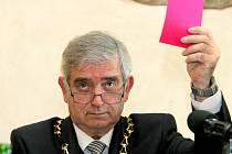 To, že člověku pověsí na krk řetěz, z něj ještě nedělá primátora, prohlásil krátce po svém zvolení novým primátorem Jihlavy sociální demokrat Rudolf Chloupek (na snímku). Mimo jiné podotkl, že ho teď čeká spousta práce.