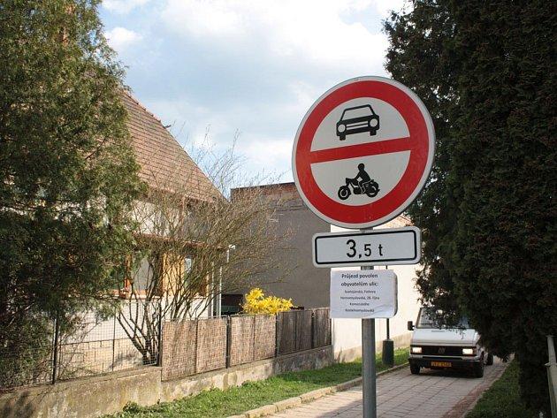 Vjezd na spojovací cestu je povolen pouze obyvatelům několika okolních ulic. Řidiči však toto opatření vůbec nerespektují a dělají si, co chtějí.