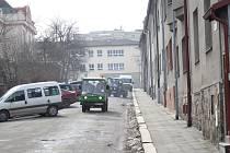 Toto je současný stav chodníků a silnice v jihlavské Úprkově ulici.