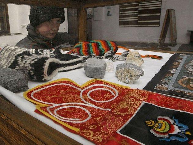 Fotografická výstava jihlavského cestovatele, fotografa a majitele grafického studia Petra Komárka s názvem Everest Track ve vstupní síni radnice Městského úřadu v Telči.