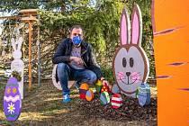 O Velikonocích se mohli kolemjdoucí pokochat opravdu propracovanou výzdobou. Na fotografii hlavní iniciátor Milan Řezníček.