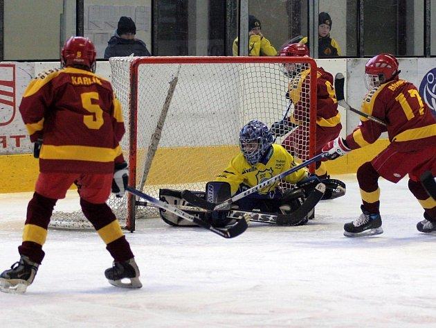 Hokejové  naděje  jihlavské  Dukly  (v tmavém)  si v základní skupině vedly skvěle. HC Metuje smetli 6:1 a probojovaly se do finálových bojů, které jim přinesly šesté místo.