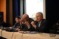 Diskuse. Senátor SPO Jan Veleba (vpravo) a generál Hynek Blaško besedovali na malé scéně DKO v Jihlavě s dvacítkou zájemců o bezpečnostní problematiku.