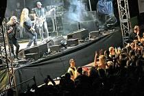 Hvězdou letošního ročníku Vysočina festu byla skupina Kabát, která jihlavský amfiteátr Heulos rozproudila v pátek večer. Právě v pátek přišlo na festival nejvíce lidí, a to kolem deseti a půl tisíce. Kabát potom na scéně vystřídala kapela No Name.