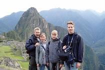 Otto Čačka (zcela vlevo) procestoval asi 60 zemí. Na fotografii je zachycen i se svou rodinou při návštěvě peruánského Machu Picchu.