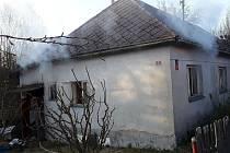 Hořící dům v Batelově 18. dubna.