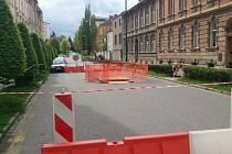 Ve Vrchlického ulici se propadla silnice.