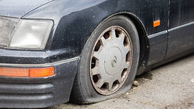 Dlouho stojící auta na parkovištích v Jihlavě.