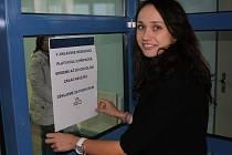 Mluvčí jihlavské nemocnice Monika Pytlíková v úterý vyvěšovala upozornění na zákaz návštěv.