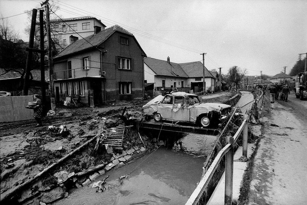 """O kuriozní situace nebyla nouze, jeden vůz valící se voda """"zaparkovala"""" na úzké lávce."""