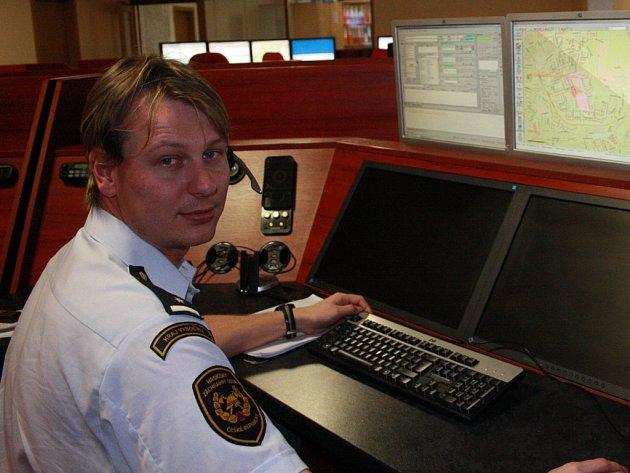 Libor Mifek zvedá telefony na tísňových linkách u hasičů s jistotou. Přesně ví, co má dělat.
