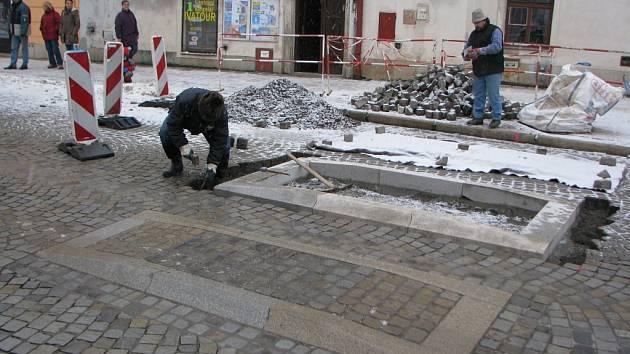 Nový retarder v Křížové ulici v centru města měl přispět k jejímu zklidnění. Fotografie z jeho stavby.
