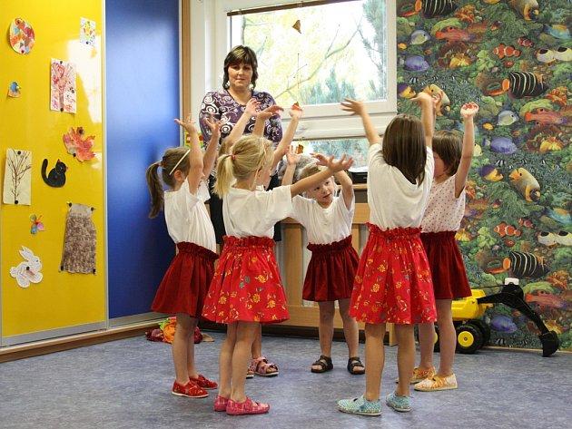 Populační exploze donutila jihlavskou radnici k rozšiřování kapacit na nejedné mateřské škole. Takto se slavnostně rozšiřovala školka v Antonínově Dole v Jihlavě.