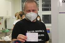 V sobotu druhého ledna 2021 začalo na Vysočině očkování proti koronaviru. Kartičku s číslem pacienta jedna má ředitel nemocnice Lukáš Velev.