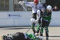 Jde se na věc. Jihlavští hokejbalisté (ve světlém) před novou sezonou omladili. Start je čeká v neděli v Teplicích.