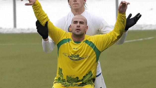Na srazu A-týmu FC Vysočina se objeví hned pětice hráčů juniorky. Mezi nimi je i dvacetiletý bek Michal Naniaš (v bílém).