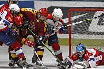 Jako v mlýnici si před brankou havlíčkobrodského Peška museli připadat jihlavští forvardi (v tmavém), kteří si z ledu rivala nakonec přivezli cennou výhru 4:3.