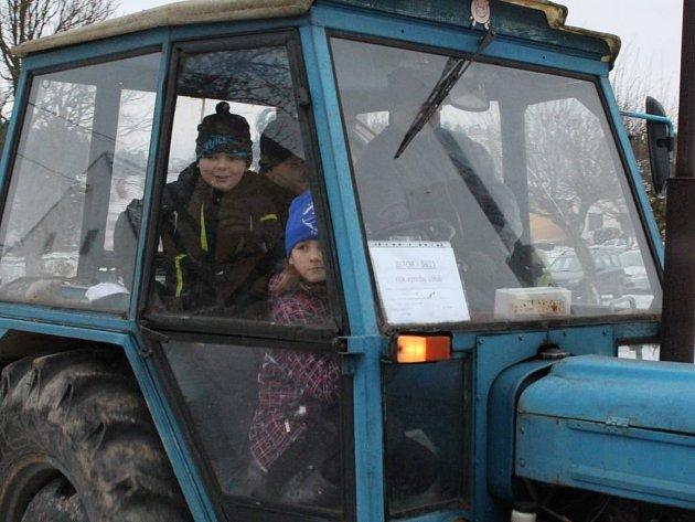 Třešticí projížděl peloton traktorů.