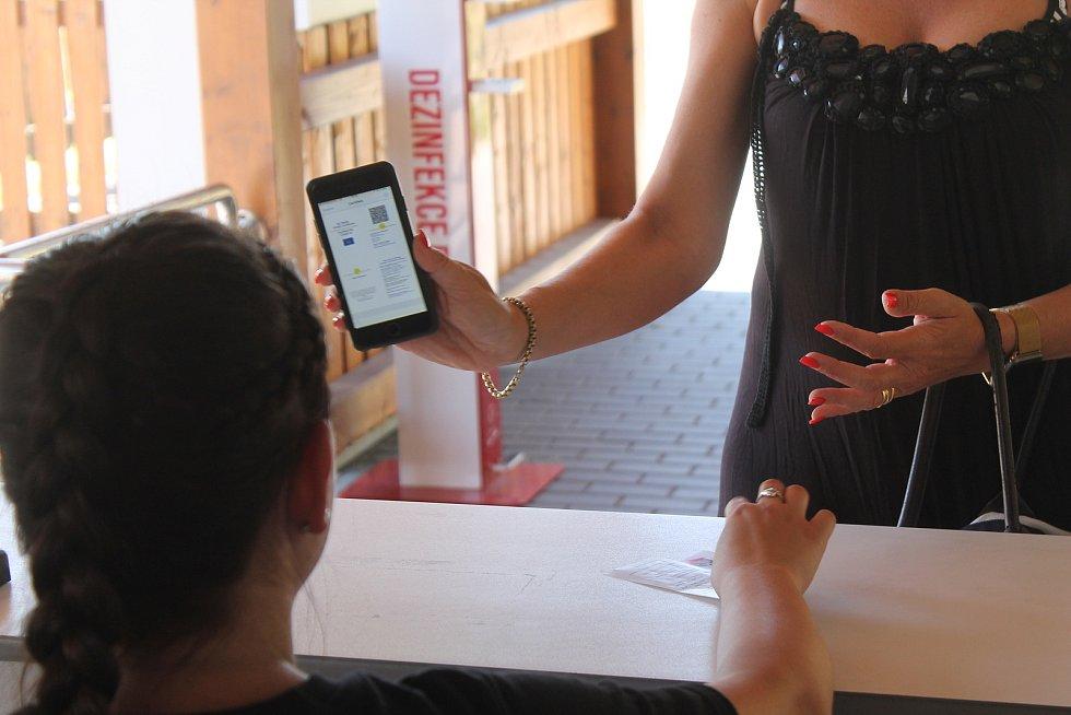 Potvrzení o testování v mobilu pro vstup na koupaliště stačí, nesmí od něj ale uplynout příliš dlouhá doba.