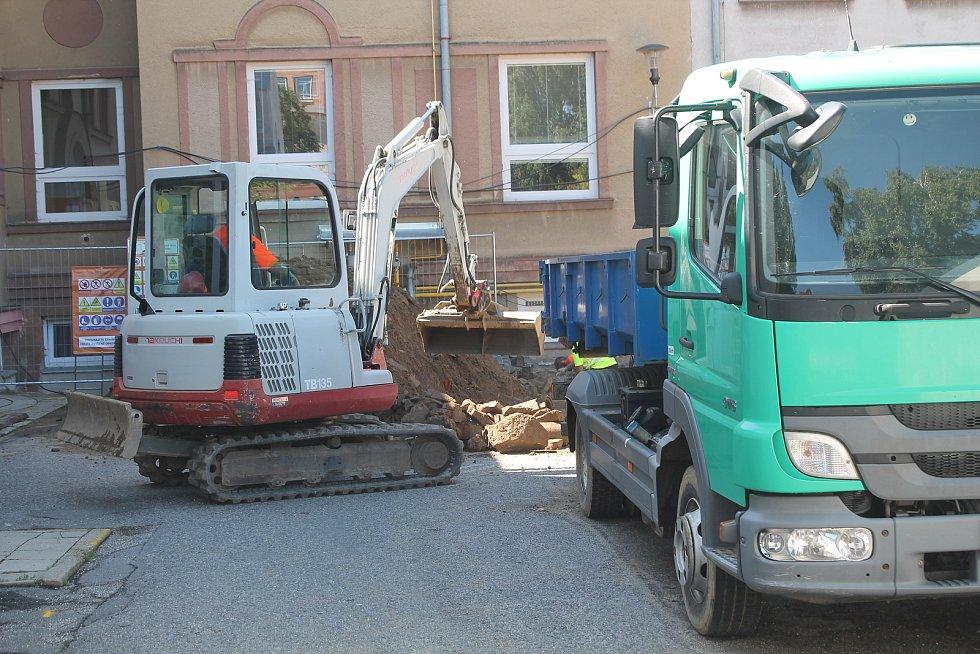 Stavební firmy chtěli na sanační práce u školy tři měsíce, starosta Zdeněk Dvořák chtěl vše stihnout během prázdnin. To ještě nikdo nevěděl, že dělníci narazí na skálu.
