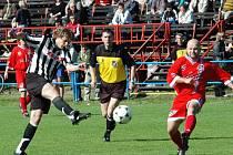 Na závěr sezony čekají žďárské fotbalisty (vlevo střílející Jan Šimoníček) dvě derby. V neděli budou hostit Třebíč, za týden pojedou do Hartvíkovic.