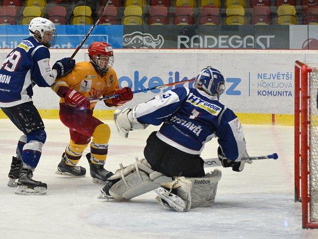 Hokejoví mladší dorostenci Dukly (ve žlutém) drželi s Kometou krok. Nadějné vedení nakonec neudrželi a prohráli po nájezdech.