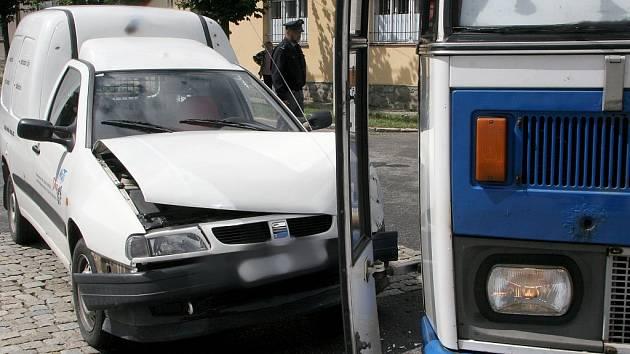 Řidič autobusu nedal v Třešti přednost osobnímu vozidlu.