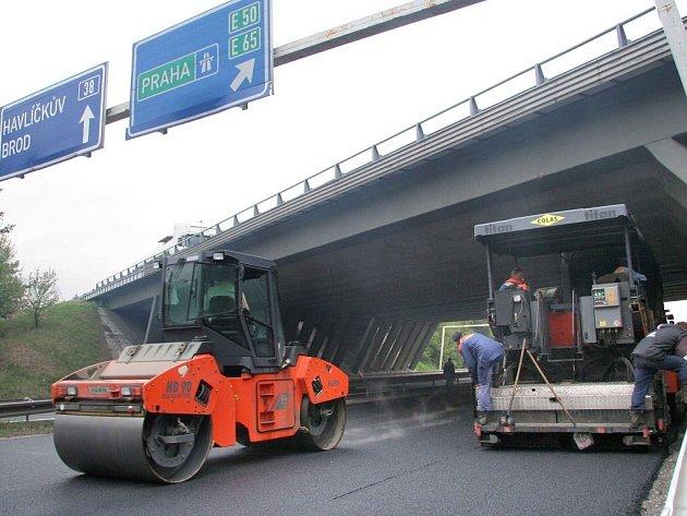 Úsek, který navádí řidiče na dálnici D1 ve směru na Prahu už dostala nový koberec.