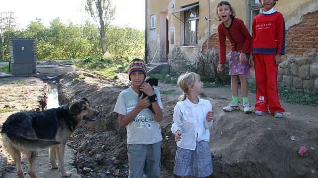 Romské děti z kolonie Cihelna v Telči.