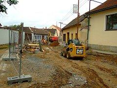 Hradecká ulice v Telči prošla loni rozsáhlou rekonstrukcí (na snímku). V tomto roce čeká kompletní proměna i navazující ulici 9. května.