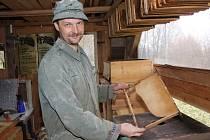 Pavel Novák ze Lhotky se včelaření věnuje od roku 2000. Včelařem byl před lety  i jeho dědeček. Letošní rok nezačal zrovna nejlépe, Novákovi uhynulo třináct včelstev.