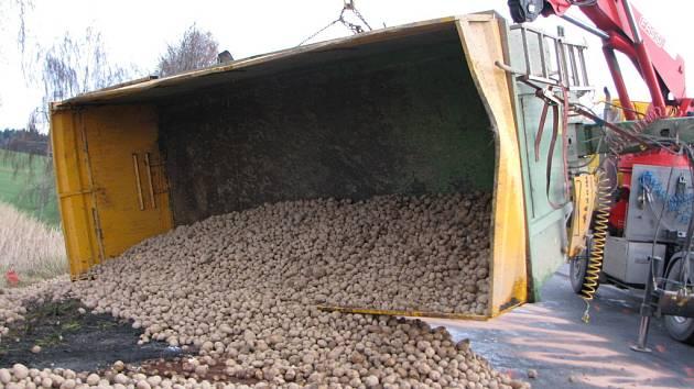 Tuny brambor zastavily provoz na dálničním přivaděči