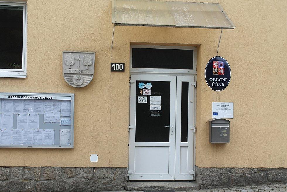 Obecní úřad v Cejli zdobí kamenný znak.