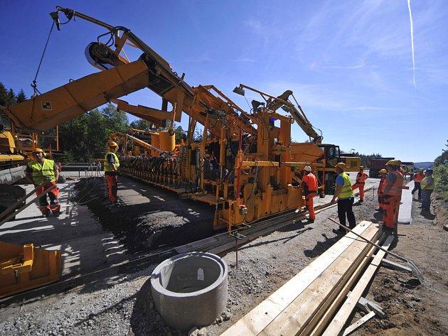 V modernizovaném úseku mezi 112. až 104. kilometrem mezi Větrným Jeníkovem a Jihlavou pokládají stavbaři finální cementobetonový povrch. Nejprve pokryjí dvěstěmetrový úsek, a pokud výsledky dopadnou dobře, budou pokračovat dál.
