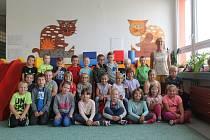 Děti z 1. A spolu s třídní učitelkou Danou Müllerovou. Foto: Deník/