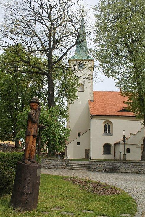 Herec Otto Šimánek, představitel pana Tau, se narodil 28. dubna 1925 na pultě třešťské lékárny, která stávala přesně v místech nynější dřevěné sochy.
