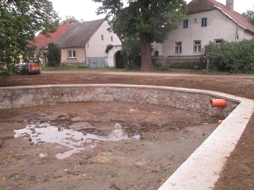 V Salavicích finišují s rybníkem v centru obce.