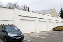 Tuto opravenou zeď v centru Jihlavy budou moct příští rok pomalovat umělci.
