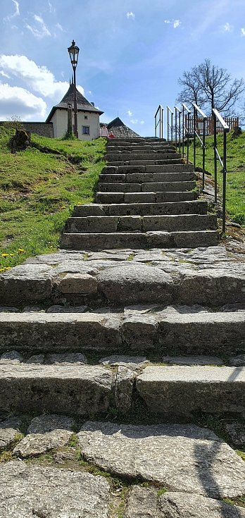 Zřícenina hradu Landštejn je směsicí několika architektonických slohů. Návštěvníci si zde přijdou na své.