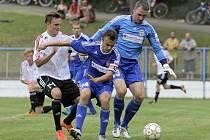 Fotbalisté Banské Bystrice (v modrém zprava brankář Peter Boroš a Saša Savič) získali Perleťový pohár. Ve finále nejstaršího turnaje porazili Viktorii Žižkov (v bílém Daniel Bartl).