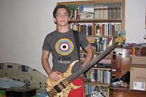 Na basovou kytaru značky Vintage hraje Jan Palán čtyři roky. V porovnání s klasickou kytarou věnuje basové kytaře méně času. Mimo jiné se mu líbí její vzhled. Doma cvičí bez zesilovače.