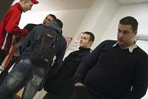 Petra Gálika (vpravo) čekají těžké tři roky. Soud mu zakázal pít alkohol na veřejnosti. Před vynesením rozsudku byl evidentně nervózní, ale od soudu odcházel s úsměvem a v přítomnosti svých soukmenovců.